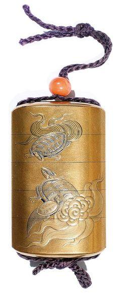 印籠 INRÔ À QUATRE CASES en laque fundame, à décor en iro-e, sur une face, de sept grues en vol, et, sur l'autre face, d'un couple de tortues minogame et leur petit, l'ojime en corail peau d'ange. Signé Juzensai Nobusada avec kakihan. Japon, période Meiji, fin du XIXe siècle.