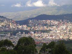 Localizada nos Andes, a 2800 metros de altura, Quito é o destino perfeito para uma visita cheia de diversão e descoberta cultural. Quito oferece aos visitantes a oportunidade de conviver com o colonial e com o contemporâneo, mostrando suas estruturas coloniais do Centro Histórico, declarado Patrimônio Cultural da Humanidade pela UNESCO em 1978.