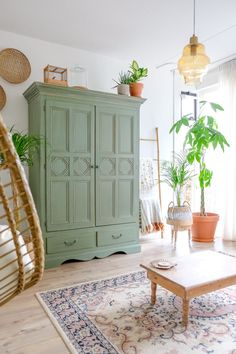 Green Painted Furniture, Painted Armoire, Living Styles, Living Room Inspiration, Home Staging, Sweet Home, Interior Design, House Styles, Home Decor