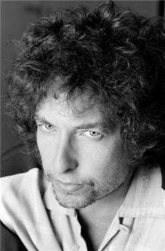 Imagem de http://www.morrisonhotelgallery.com/images/medium/Dylan-1983%20Headshot.jpg.