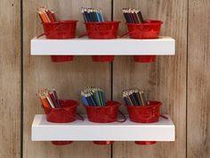 Decoração quarto infantil menino azul e vermelho - prateleira lápis de cor (Projeto:  Carolina Hirt)