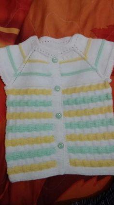 Küçük çocuklarımız için rengarenk yapabileceğimiz kolay bir model. Yakadan başlama renkli bebek yeleği yapımı. 1 yaş alıntıdır. Malzemeler : Beyaz bebe yünü Sarı bebe