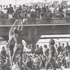 In 1970 beach volleyball courts opened up in Manhattan Beach. Volleyball History, Volleyball Photos, Manhattan Beach California, California History, Fivb Beach Volleyball, Volleyball Tournaments, Band Photography, Beach Bath, Training Center
