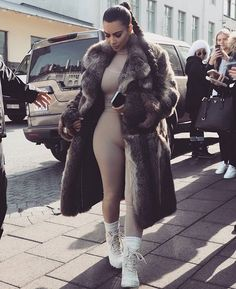 Kim Kardashian in a fur coat. Estilo Kardashian, Kardashian Style, Kardashian Jenner, Fashion Fail, Ski Fashion, Womens Fashion, Queen Fashion, Moda Fail, Bae
