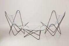 Butterfly Chair.  Tijdloos model uit 1937, naar een ontwerp van Jorge Ferrari-Hardoy, Antonio Bonet en Juan Kurchan. Deze Butterfly chair, ook wel BKF chair genoemd, staat in het MoMa museum in New York als een van de beroemdste ontwerpen uit de vorige eeuw.