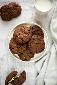 Triple chocolate cookies met witte chocolade (vegan) - The Veggie Reporter Triple Chocolate Cookies, Vegan Pastries, Dessert Bars, Christmas Cookies, Chips, Yummy Food, Snacks, Desserts, Gastronomia