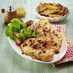 Überbackene Putenschnitzel mit Kartoffelspalten Rezept | LECKER