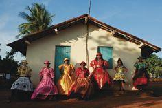 """TODAS AS """"CORES DO MARACATU"""" reunidas num livro. – Blog do JeffCelophane Photo Documentary, Arte Popular, Short Film, Art Direction, Carnival, Scene, Culture, Animation, Illustration"""