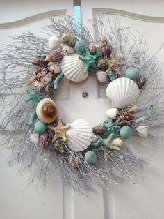Beach House Decor Beach House Style Ideas - Decorate for the Holidays - . - Beach House Decor Beach House Style Ideas – Decorate for the Holidays – - Coastal Wreath, Seashell Wreath, Seashell Crafts, Beach Crafts, Coastal Decor, Diy Crafts, Beach Wreaths, Beach Themed Crafts, Seashell Projects