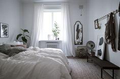 Det ljusa sovrummet vetter mot föreningens lummiga gård. Eklandagatan 9 - Bjurfors