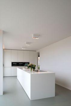 Witte keuken op grijze gietvloer. Home Sweet Home » Dynamisch exterieur, rustgevend interieur