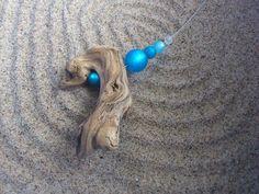 Collier aus einem Schwemmholz der Kander, gereinigt und naturbelassen,   mit Glasperlen blau & weiss mattschimmernd, auf nylonummantelten Edelstahl...