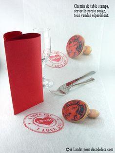 """Votre table d'amour grâce à ce chemin de table imprimé de sceaux rouges """" I love you """" #chemin  #decoration #amour #table  http://www.decodefete.com/chemin-table-stamp-p-2863.html"""