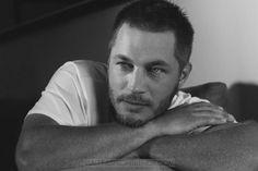 El modelo Travis Fimmel posa en íntimas fotografías para la edición de Diciembre de Interview Magazine