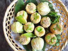 新にんじんの炊きこみごはんに、空豆・アスパラガス・グリンピースを混ぜておむすびに。 おむすびを春きゃべつで巻いたものもおいしそう。
