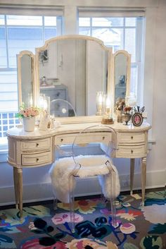 Vintage shabby-chic vanity with gorgeous detailing. Vintage shabby-chic vanity with gorgeous detailing. Shabby Chic Vanity, Vintage Vanity, Vintage Shabby Chic, Vintage Desks, Antique Vanity Table, Vintage Furniture, Vintage Style, Vintage Dressers, Deco Furniture