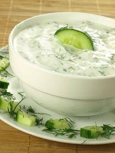 Temps de préparation : : 20 minutes Temps de cuisson : : 0 minutes Ingrédients (pour 4 personnes) : - 2 yaourts à la grecque nature - 1/4 de concombre - 2 gousses d'ail, 1 cuillère à soupe de jus de citron - 1 cuillère à soupe d'huile d'olive, sel - herbes de Provence (facultatif)