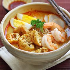 Curry Laksa - Spicy, creamy, and super delicious curry noodle soup with shrimp, fried tofu puff and more. Recipe from Easy Asian Recipes, Easy Delicious Recipes, Yummy Food, Malaysian Cuisine, Malaysian Food, Malaysian Recipes, Malaysian Curry, Mie Noodles, Pasta Noodles