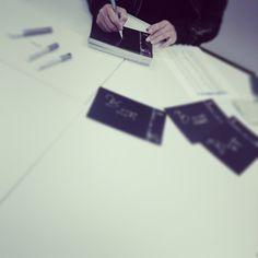 取材終わり、BDカードにサイン中... 2月は晁直氏がお名前担当でーす
