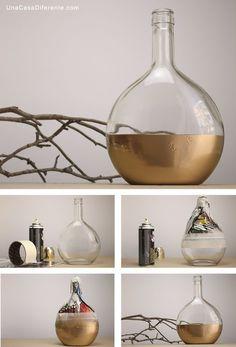 Como pintar botellas de cristal spray jarron diy Diy Home Crafts, Jar Crafts, Diy Crafts To Sell, Decor Crafts, Diy Home Decor, Diy Bottle, Wine Bottle Crafts, Bottle Art, Garrafa Diy