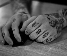 Knuckle Tattoos- if I was soooo brave                                                                                                                                                                                 Mehr