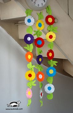 The flower tendrils are great, but it also gives me an idea for printable clock frames for the holidays. School Library Decor, School Board Decoration, School Decorations, Preschool Classroom Decor, Preschool Crafts, Paper Flower Garlands, Paper Flowers, Craft Activities For Kids, Crafts For Kids