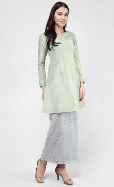 Sage Kurung Pahang in Olive Green Street Hijab Fashion, Abaya Fashion, Muslim Fashion, Modest Fashion, Fashion Outfits, Fashion Women, Muslim Women, Muslim Brides, Muslim Couples