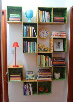 """Um dos posts mais acessados do blog ainda é sobre a nossa estante de livros que fizemos com OSB com menos de R$120,00 dinheiros. Ela é super útil, tem um efeito incrível no nosso corredor e serve não só para a sua real finalidade (guardar alguns de nossos livros), como também virou um """"depósito"""" de pequenas tranqueiras do dia a dia. Sim, tava uma zona. Caixa de cotonetes, embalagem vazia de [...]"""