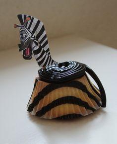 """Leuke traktatie. Cakeje in speciaal """"zebra"""" vormpje gebakken. Daarna drop-jojo erop. Afbeelding van zebra geprint en op prikkertje geplakt. Daarna in cakeje gestoken. Iedereen in de klas vond het super!"""