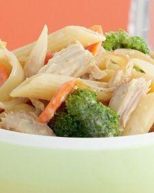 Cocina fácilmente esta cremosa ensalada de pasta Penne Rigate, con atún, brócoli y zanahoria.