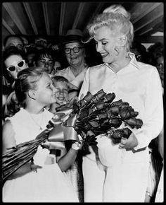 """20 juillet 1960 /  Marilyn arrive au """"Reno Municipal Airport"""" (Nevada) à 14 heures 45 dans un DC-7 de """"United Airlines"""", pour débuter le tournage des extérieurs de « The Misfits ». Arthur Miller l'attend à l'aéroport, ainsi que Mme Grant SAWYER, épouse du gouverneur du Nevada et leur fille Gail, l'hôtelier Charles MAPES, et le conseiller municipal Charles COWAN qui lui offrit la clé de la ville. Elle est vêtue d'un chemisier de soie blanche et d'une jupe blanche dont la fermeture éclair…"""