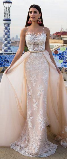 Nur das schmale Kleid ohne den beigen Schleier wäre traumhaft :)