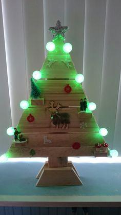 Kerstboompje van pallethout en action decoratie