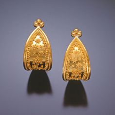 Simple but a classic style that has been popular from antiquity to now Gold Chocker Necklace, Gold Jhumka Earrings, Gold Bridal Earrings, Gold Earrings Designs, Gold Jewellery Design, Ear Jewelry, Jewelery, Gold Jewelry Simple, Fashion Jewelry