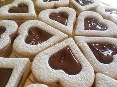 I biscotti san valentino non sono altro che occhi di bue a forma di cuore farciti con nutella, con marmellata oppure con crema pasticcera.