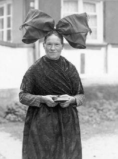 Oberrheinische Trachten Frau aus dem Hanauer Land mit Flügelhaube Die Tracht wird auch heute noch mit Stolz getragen #Hanau