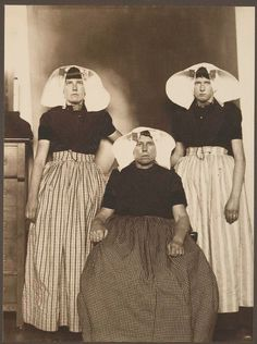 What America's immigrants looked like when they arrived on Ellis Island Three Dutch women. Portraits from Ellis Island, Augustus Sherman. Isla Ellis, Old Pictures, Old Photos, Ellis Island Immigrants, Portraits Victoriens, Photographie New York, Die 100, Dutch Women, Models