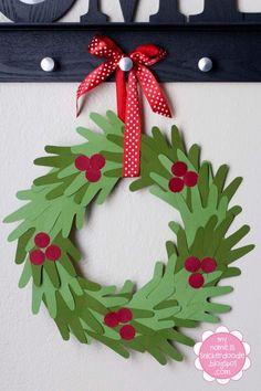 Leuk voor de kids: handjes overtrekken op groen papier, uitknippen en in een krans plakken. Rode besjes erop knippen en plakken, lintje eraan en je hebt je eigen kerstkrans geknutseld.