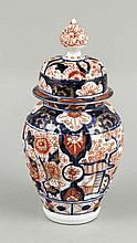 Deckelvase, Japan, 19./20. Jh., Imari, floraler Dekor in Unterglasurblau und Überglasurrot, ziervergoldet, Deckel best., H. 20,5 cm
