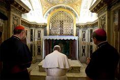 Rezo histórico. El papa Francisco se convirtió en el primer pontífice en visitar la tumba de San Pedro, ubicada exactamente debajo de la basílica vaticana, donde oró en silencio.