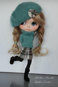 Blythe parisienne outfit: pull helmet and by juliettaexussetta Julietta is going to school in Paris