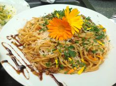 remember to always decorate your food with edible flowers! Super Pizza, Edible Flowers, Spaghetti, Ethnic Recipes, Food, Essen, Yemek, Spaghetti Noodles, Meals