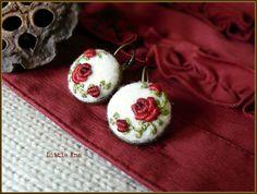 Rose Garden-Ohrringe weiß und rot Nadel gefilzte Ohrringe