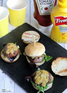 Mini hamburguesas especiales con salsa de cebolla y gorgonzola