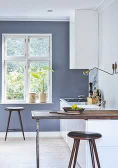 Nordic kitchen with a dusty blue wall and rustic details. Nordic Kitchen, New Kitchen, Slate Blue Walls, Brass Table Lamps, Kitchen Tiles, Wall Colors, New Homes, Interior Design, Fire Årstider