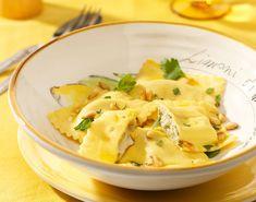 Ravioli is typisch Italiaans. Het zijn gevulde pastakussentjes tussen twee dunne lagen pastadeeg, bestaande uit een vulling van vlees, kaas, vis of groenten, geserveerd in bouillon of met een pastasaus - Oil & Vinigar !