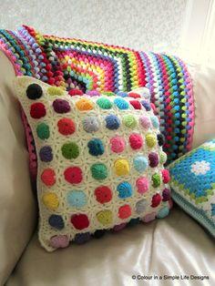 Almofada de crochê colorida