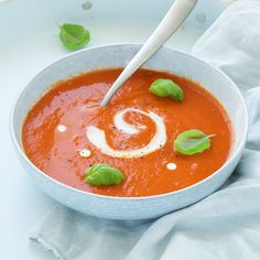 Verse tomatensoep – In 20 min klaar This quick basic recipe for fresh tomato soup is on the table within 20 minutes and is guaranteed to work. Fresh Tomato Soup, Fresh Tomato Recipes, Chowder Recipes, Soup Recipes, Cooking Recipes, Healthy Diners, Healthy Cooking, Healthy Recipes, Lunch Catering