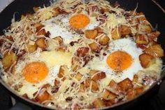 Gebakken aardappels met spek en eieren. Met zoete aardappels wordt het koolhydraatarm