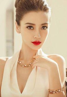 Elegant Makeup Inspiration for Christmas & New Year's Eve Beautiful Asian Women, Beautiful Eyes, Style Glam, Elegant Makeup, Angelababy, Asian Makeup, Chinese Makeup, Woman Face, Pretty Face
